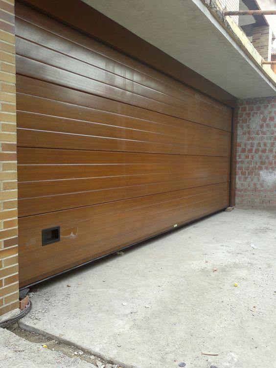 Puerta seccional imitaci n a madera puertas seccionales for Puertas de garaje de madera