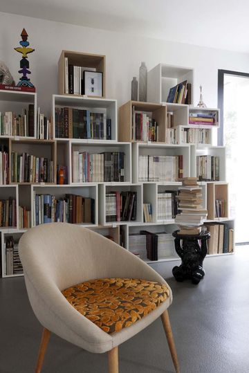 Nice bookshelves | More photos http://petitlien.fr/maisonprovence