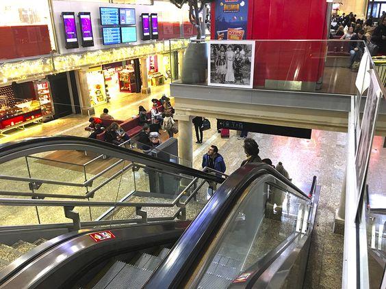 Спуск и подъем по лестницам или на эскалаторе