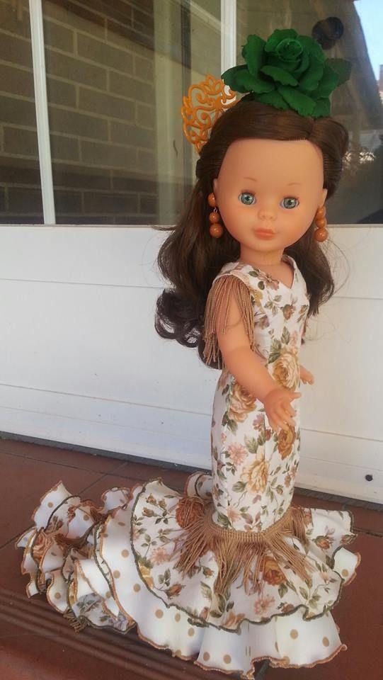 Cosiendo vestidos para Nancy con vestido de Sevillana