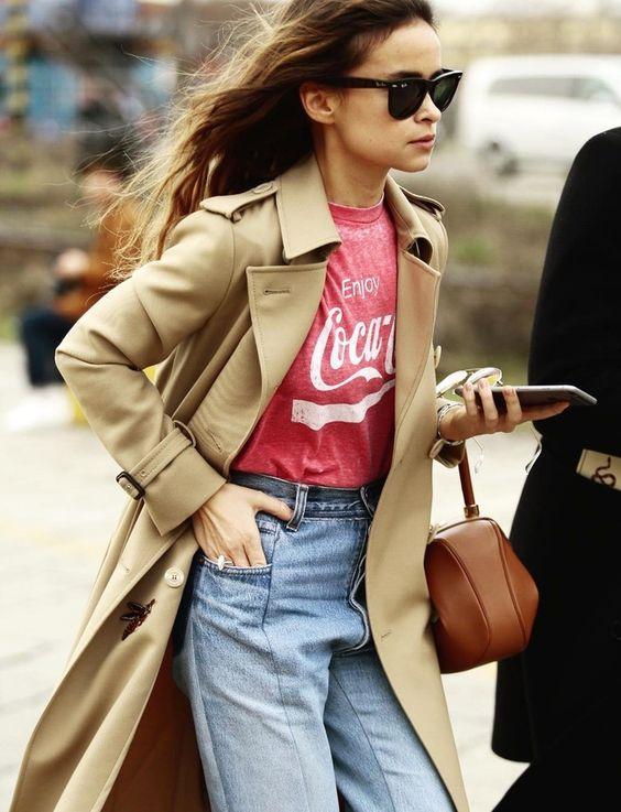 Rien de tel qu'un tee-shirt vintage à logo pour twister un classique trench-coat camel ! (photo Miroslava Duma)