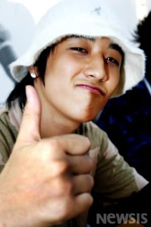 """ETN's throwback of Big Bang's first fan sign event 8 years ago. Big Bang was dubbed as a """"super rookie group"""" back then as 3,000 fans gathered and lined up to meet and give gifts to the members during the event held at the Kyobo Bookstore in Gwanghwamun, Seoul on September 2, 2006."""