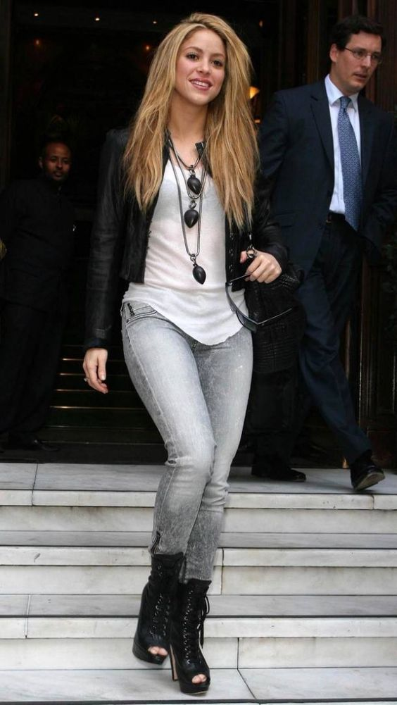 Shakiras style. Outfit jeans, leather bomber jacket, long necklace, boots