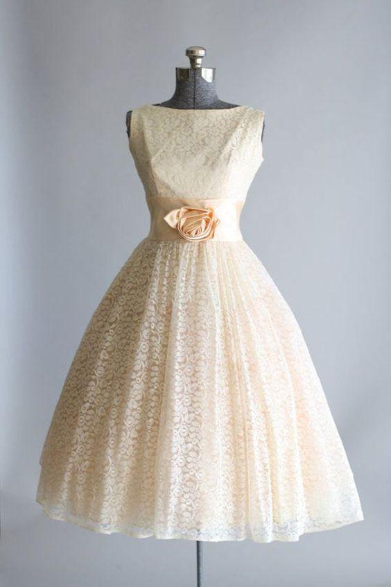 Une robe de mariée avec un bandeau en satin