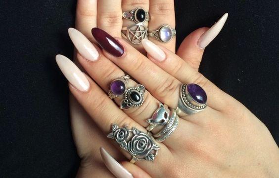 manos con uñas largas anillos