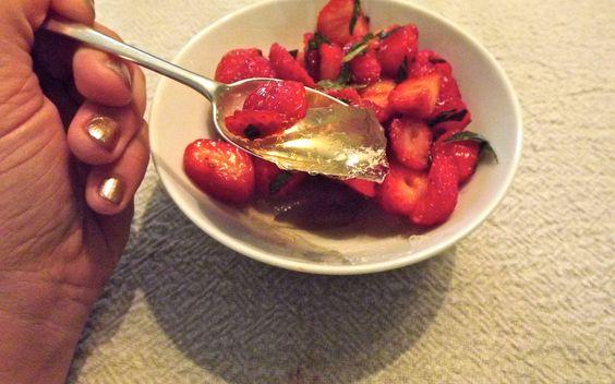 Salade de fraises à la menthe sur gelée de thé