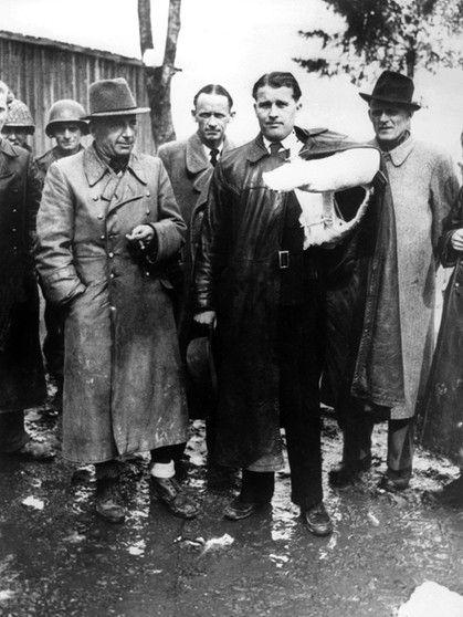 Wernher von Braun (Mitte, mit Gipsarm) bei seiner Gefangennahme durch amerikanische Truppen gegen Kriegsende: links General Dornberger und Oberst Axter, rechts Hans Lindberg.  | Bild: picture-alliance/dpa