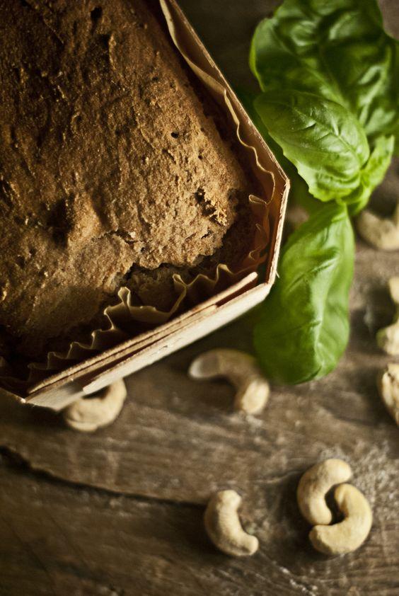 Sommerbrot mit Cashews und Basilikum
