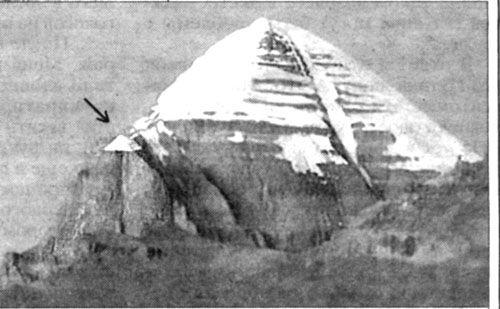 Фото 2. Основные пирамиды — гора Кайлас (6714 м) и малый Кайлас (указано стрелкой). Юго-западная сторона.: