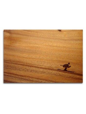 Geweldige broodplankjes in acaciahout ontworpen door Pension für Produkte.  Deze skier daalt het houtlandschap af.
