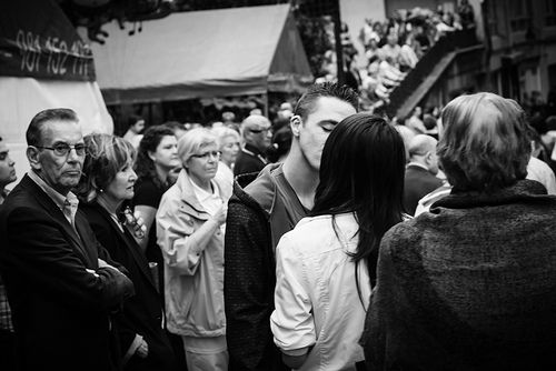 Crowded kiss El beso entre la multitud
