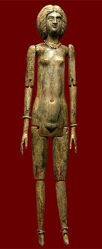 Gemengde ivoren pop (Romeins, eind 1e - begin 2e eeuw na Christus), de pop draagt een gouden ketting, armbanden en enkelbanden en heeft een gezicht en kapsel dat dat van keizerin JULIA DOMNA imiteert.