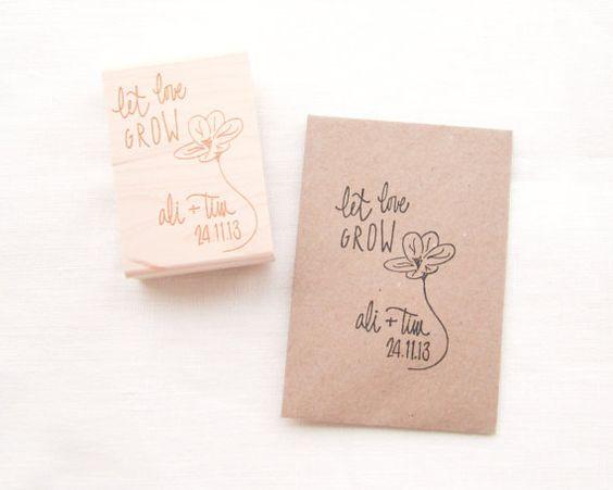 Ich habe diese Stamp für Ihre schönen Samen Paket Hochzeit Bevorzugungen, lesen entwarf Lass Liebe wachsen mit einer Hand gezeichneten Blume. Die