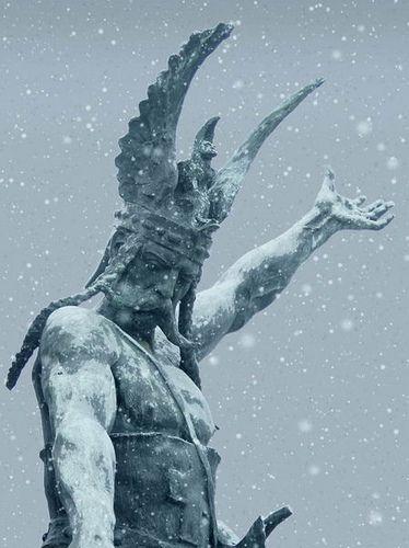 Piemonte celtico: statua bronzo Umberto I a Superga (Torino) vestito da rix gallico