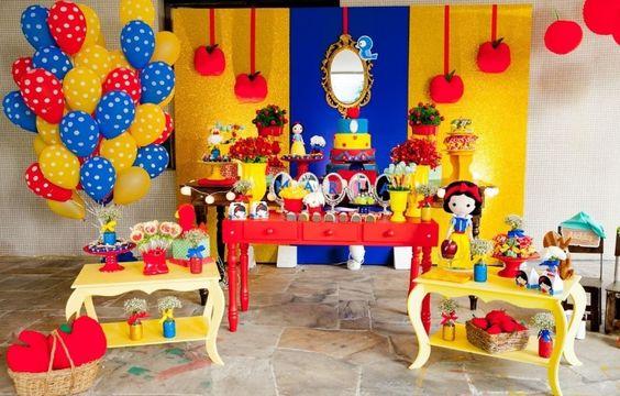 Na festa Branca de Neve, decorada pela empresa Caixa de Poluka (www.facebook.com/pages/Caixa-de-Poluka/128795713965023), uma lona dourada foi usada para compor o painel atrás da mesa do bolo