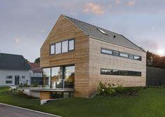 Holzhaus mit grauen Fensterläden