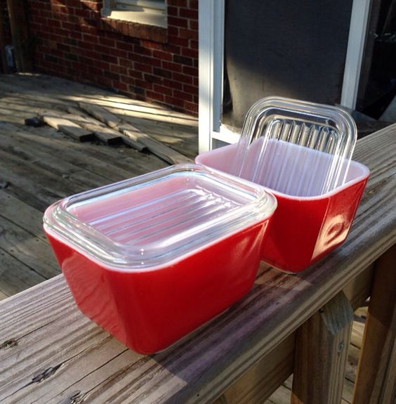 Pyrex primary fridgies set of two w/ lids