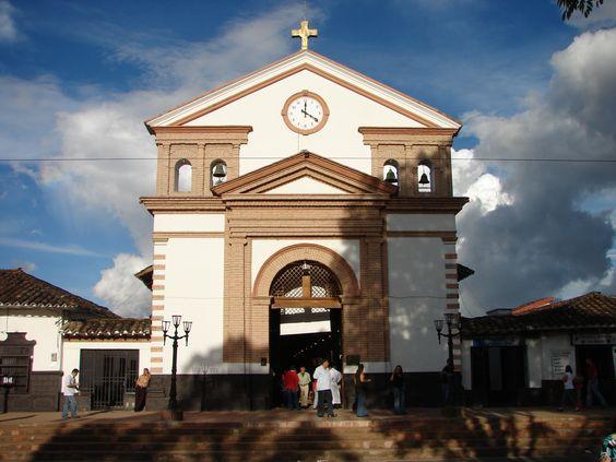 San Antonio de Pereira es uno de los sitios más turísticos de Antioquia. Su parque, sus postres y su clima conforman el plan perfecto para disfrutar en familia, rodeados de naturaleza y hermosos lugares para visitar. No te lo pierdas
