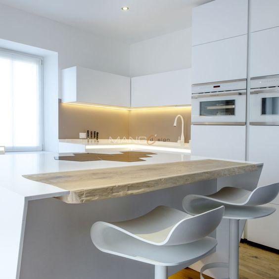 cucina in corian con inserti in rovere illuminazione a led piano di cottura ad