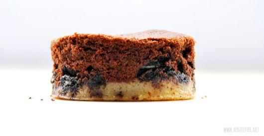 Brownie auf selbstgemachter Keks- / Cookieteig und Himbeermarmeladenschicht - mal was anderes - http://www.herzfutter.net/2013/11/brownieparadies-im-pokeball-komm.html