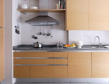Una cocina en madera y blanco Pantry, Kitchens and Organizations