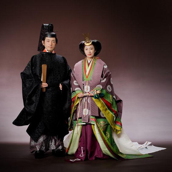 Носенето на копринено кимоно от периода Хеян - преди около 1000 години в Япония