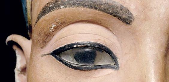"""Nofertiti (jelentése: """"a szépség megérkezett"""") ókori egyiptomi királyné a XVIII. dinasztia idején, Ehnaton fáraó felesége. Mellszobra az ókori egyiptomi művészet egyik legismertebb alkotása. Számos rejtély övezi, sem származásáról, sem haláláról nem tudni pontosat; temetkezési helye nem ismert, múmiáját nem sikerült azonosítani."""
