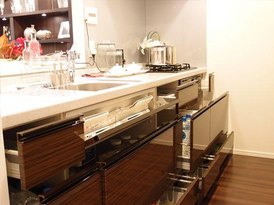 シティテラス加賀 モデルルームの キッチン たっぷり収納できるスライド式収納
