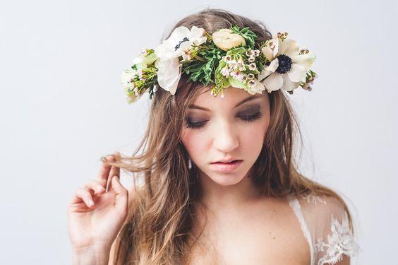 Blumenkranz mit Anemomnen für die Brautfrisur im Woodstockstil für die Boho-Braut