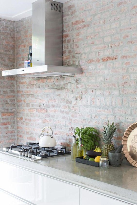 Parede de tijolos no décor de uma cozinha estilo industrial.