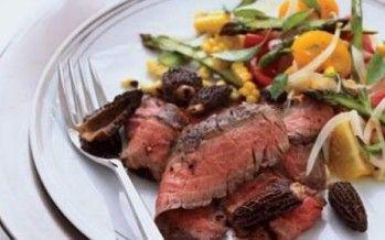 Gegrilde biefstuk met een salade van maïs, asperges en Honingtomaat®