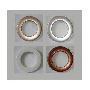 OJETE: Abertura pequeña y redonda, ordinariamente reforzada en su contorno con un cordoncillo o un anillo de metal, para meter por ella un cordón o cualquier otra cosa que afiance.