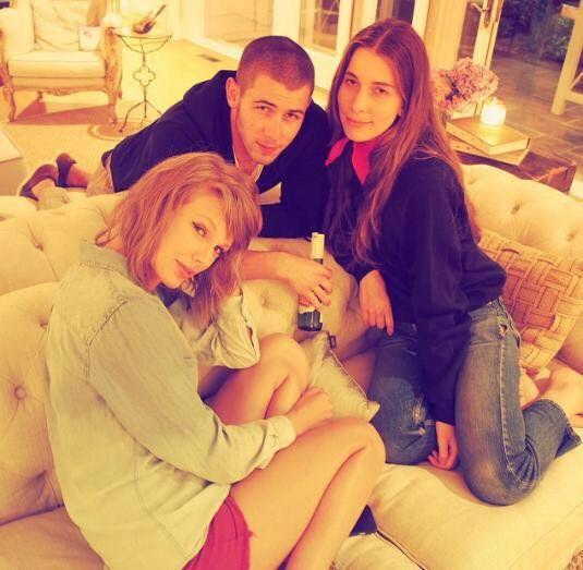 "Update Swift Brasil on Twitter: ""MUITOS TIROS! Taylor com as Irmãs Haim, Nick Jonas Brittany Maack na festa #4thjuly!!! http://t.co/KaWmHacwdm"""