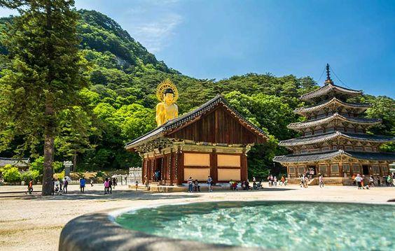 Ngôi chùa Beopjusa nổi tiếng với bức tượng Phật bằng vàng với kích thước lớn