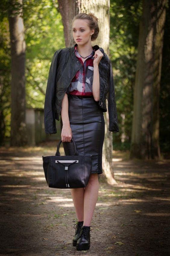 Hochmütig Deutsch Frauen in Leder / Arrogant German Women In Leather: Leather models/Mädchen in Leder