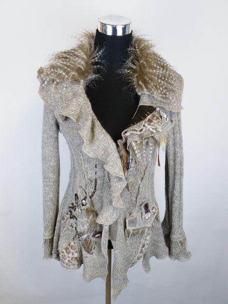 Elegante Strickjacke in Patchwork-Stil    mit Volants und Felleinsätze verziert,    Zipfel-Look,    angenehmes Material, körperbetonter Schnitt    ein