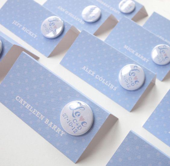 button badge wedding place cards....Is féidir leat na suaitheantais a mheaitseáil le dathanna eile atá i do bhainis!