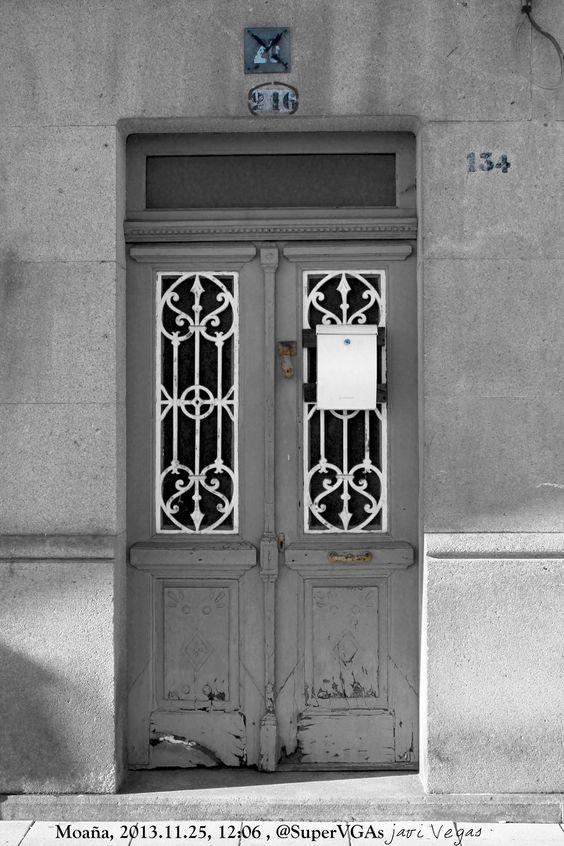 Se agolpan los números como pasan los tiempos junto a la puerta.