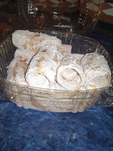 Hotel Casa de Aves, te comenta: Un dulce típico de San Miguel de Allende es el tumbagón, lo has probado? Para quien no lo conoce, es un estilo de oblea enrollada, espolvoreada con azúcar glass, hecha a base de tomates verdes con cáscara, tequesquite, alcohol, yemas de huevo, harina, manteca de cerdo y azúcar. Representa una tradición familiar y cultural de San Miguel, donde el ingrediente principal es la paciencia, ya que, según dicen, no es fácil preparar la masa. Son deliciosos…