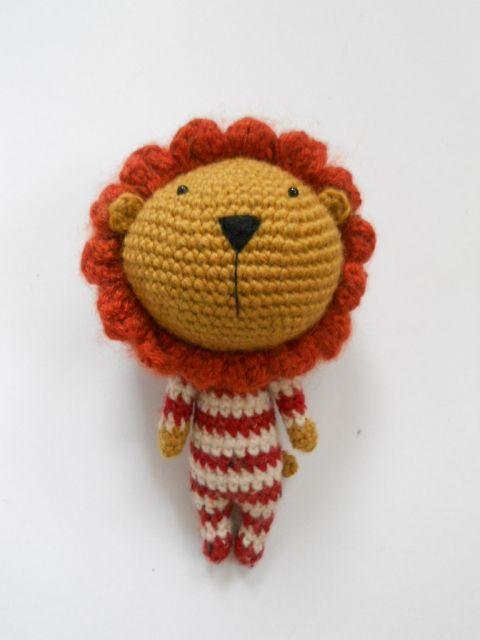 Horgolt oroszlán csíkos pizsamában, levehető sörénnyel hbmimi kézművestől