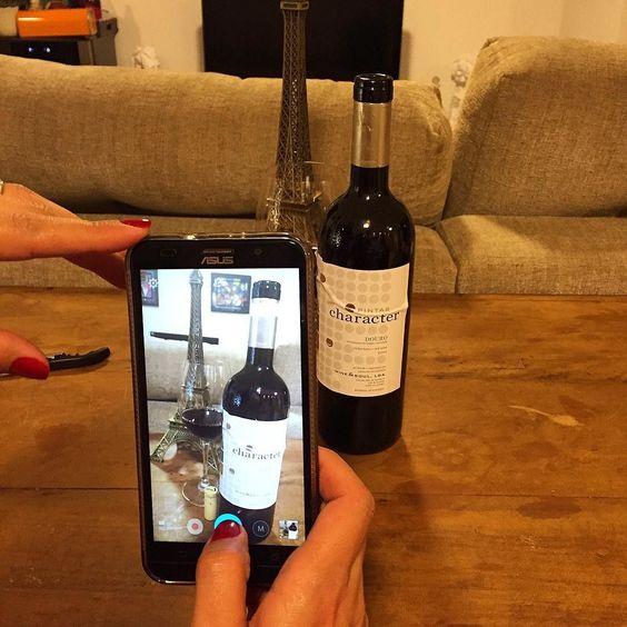 A foto da foto do vinho...  Pintas Character 2011 #Douro #Portugal  #wine #winelover #vinho #vino #pintas #character #wineandsoul #redwine #birthday @sommelier.patricia  by alexottoni