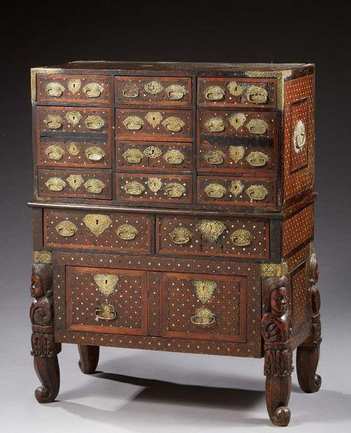 Rare Cabinet En Teck Finement Marquete En Intarsia De Motifs Geometriques Etoiles Centrees De Carres Sur Pointes Vente Aux Encheres Motif Geometrique Cabinet