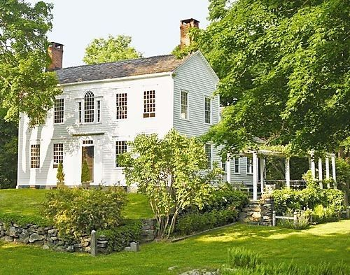 oh, i love this old colonial house.