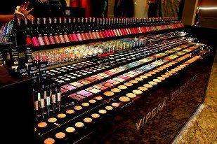 Sombra aqui, sombra alla... Maquillate, maquillatee.. :D