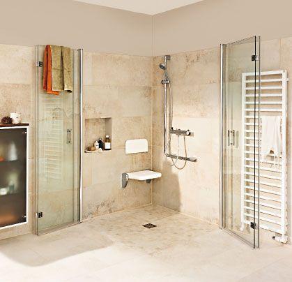 Dusche, die weit aufgeklappt werden kann.