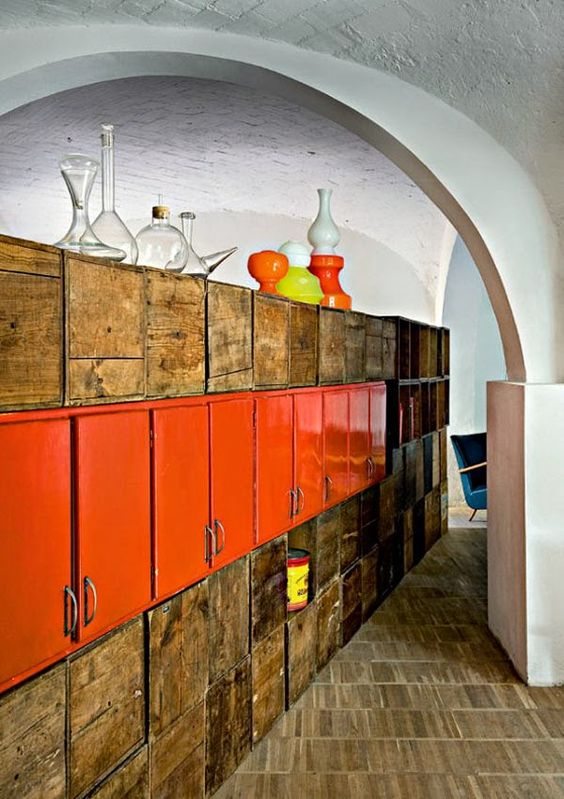 Con 300 viejas cajas de madera · With 300 old wooden boxes