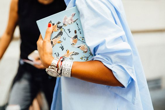 Unir reloj y varias pulseras, subir las mangas de una camisa de forma (aparentemente) desordenada, un bolso con estampado de aire oriental.