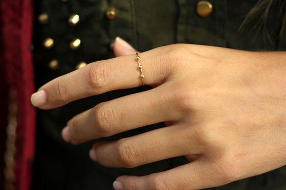 A veces, contemplar las manos de alguien se asemeja a cualquier acto de admiración de la belleza humana. Unos dedos largos y armoniosos, una estructura ósea delicada; solo unos segundos para observar algo hermoso, algo luminoso. (honeydressing by Mirian Pérez)