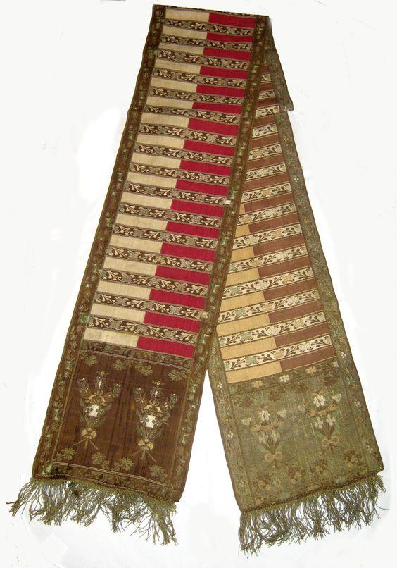 Pas kontuszowy jedwabny, czterostronny. Polska, Kobyłki (?) około 1794 r. Stan zachowania dobry, po konserwacji. Wymiary 360 x 29cm