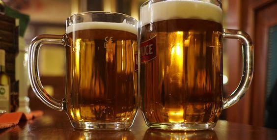 Uma ideia legal para quem viaja a Praga é fazer um tour daqueles que levam de bar em bar para você degustar as cervejas tchecas